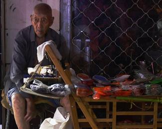 107岁老人卖鞋垫成网红