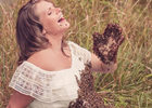 孕妇与蜜蜂拍照.jpg