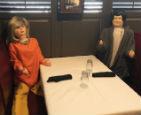 餐厅座位摆满假人.jpg