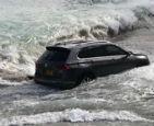 SUV被潮水冲进大海.jpg