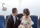 姑娘乘缆车出嫁