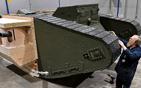 男子制坦克复制品