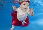 婴儿水下玩转cosplay