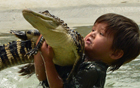 男孩胆大摸鳄鱼.jpg