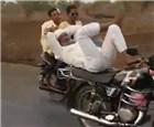 男子骑摩托耍杂技.jpg