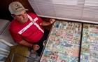 男子收集各国钱币.jpg