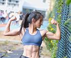 拒绝健身房-女大学生单杠上练就多块腹肌.jpg