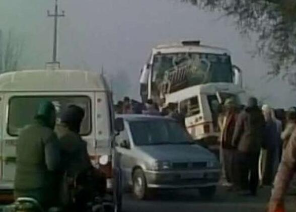 载中国旅客大巴与印吉普车相撞 吉普内12人死亡