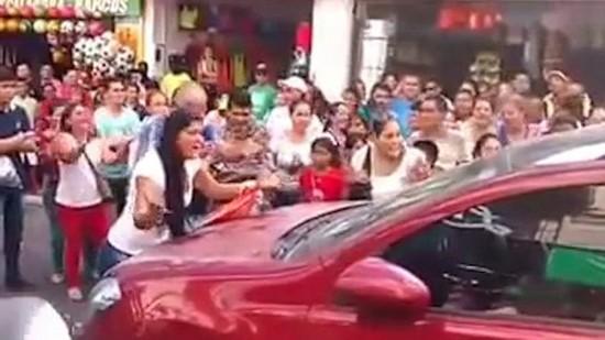 哥伦比亚女子当街与小三对峙引路人助威 致交通瘫痪