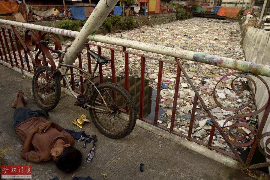 马尼拉河流污染严重 垃圾成堆吞噬河面
