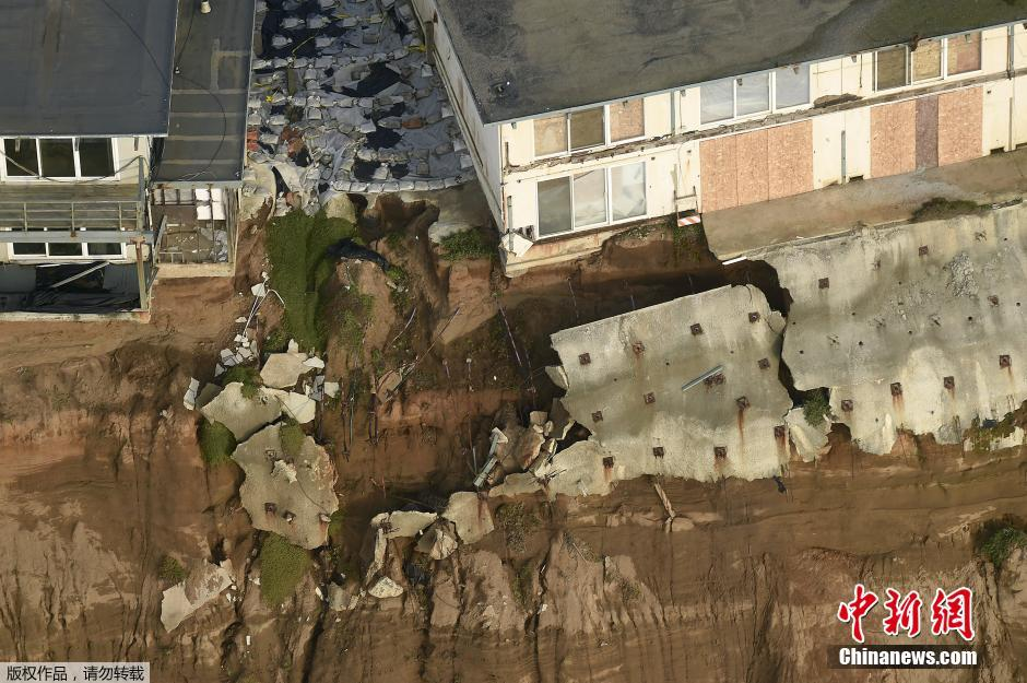 暴雨侵袭美国加州 海滨公寓坍塌居民撤离