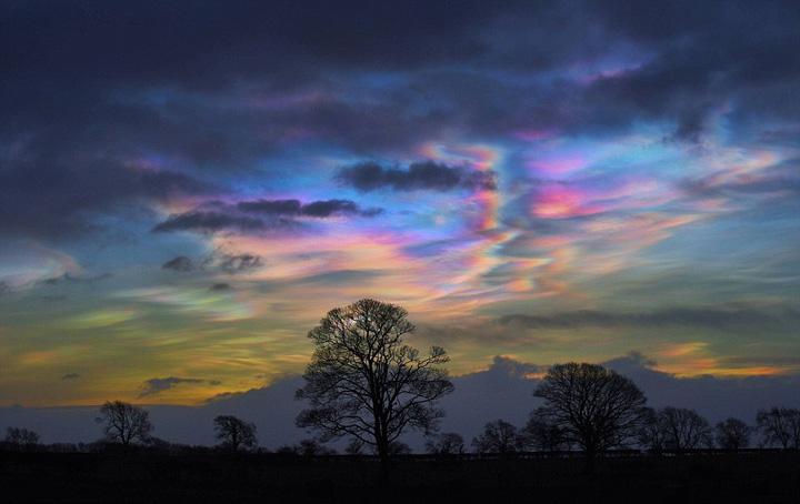 英天空现罕见珠母云 色彩梦幻如霓虹