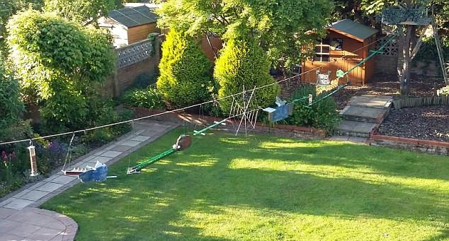 英国男子仿大片场景为松鼠建造训练场