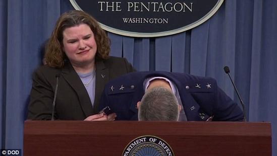 美军少将发布会现场晕倒 女助手尴尬代其念稿