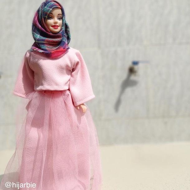 穿着阿尼法设计的穆斯林服装的芭比娃娃走红社交网络.(网页截图)