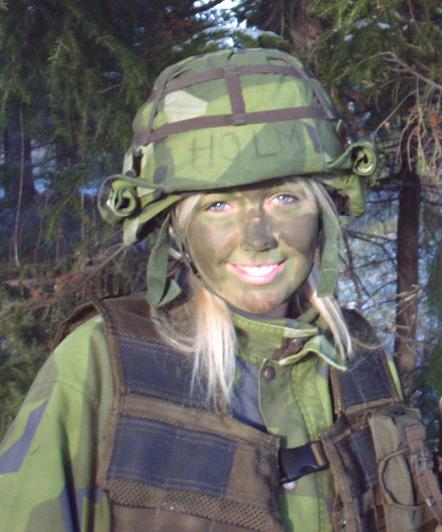 金发碧眼俏娇娃!北欧女兵靓丽风采