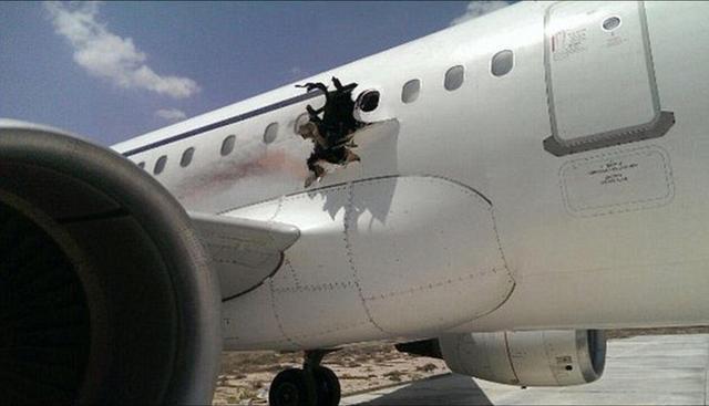 """索马里""""青年党""""宣称对客机炸出大洞事件负责"""