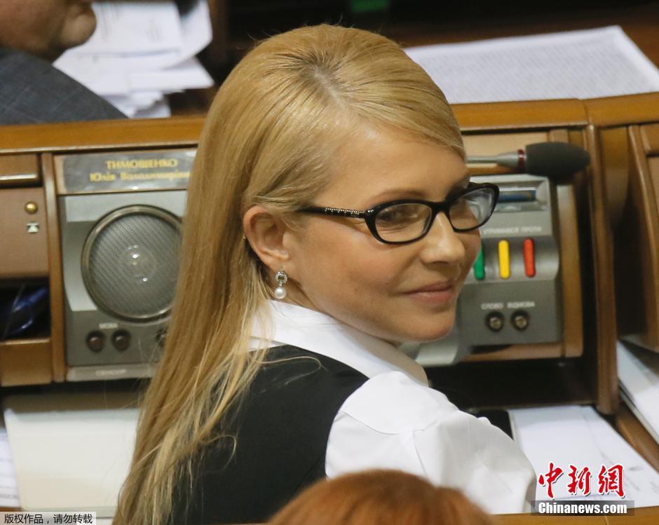 告别麻花盘头 乌克兰前总理披肩长发出现