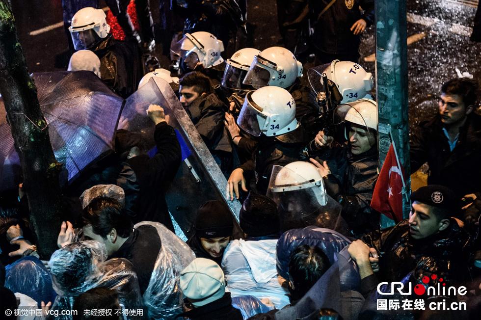 土耳其政府接管国内最大反对派报社 引发激烈冲突