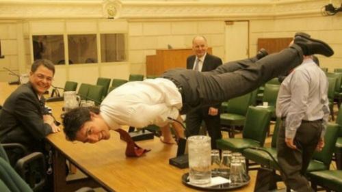 加拿大总理贾斯廷·特鲁多正在做瑜珈.-外国总统政要教你健身 帅出