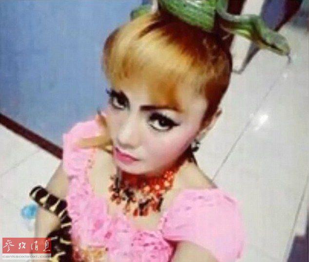 印尼一女歌手被眼镜蛇咬伤后坚持演出