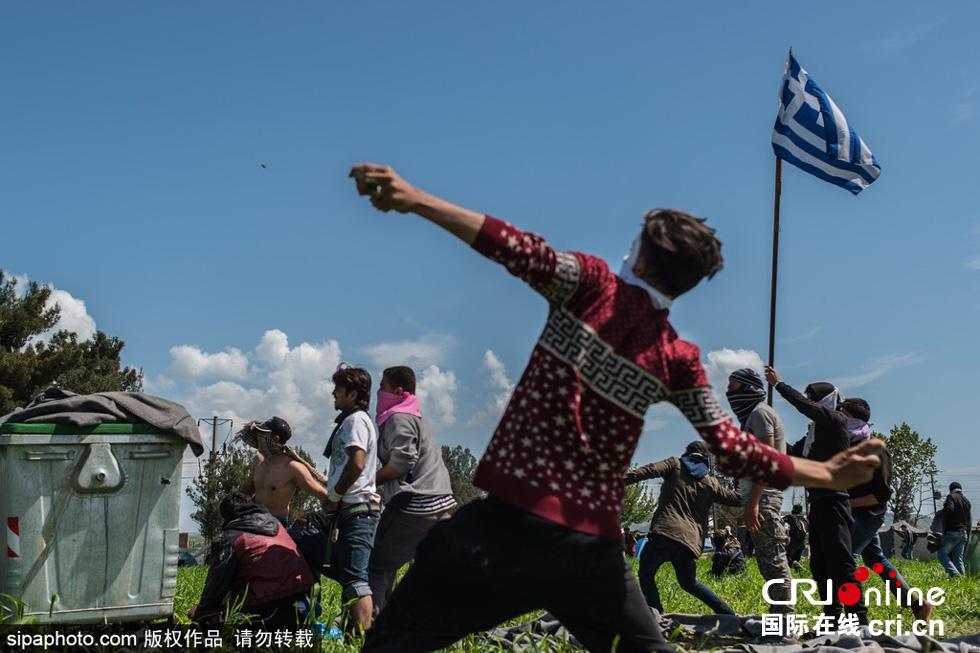 希腊马其顿边界难民闯关与警方冲突 数百人受伤