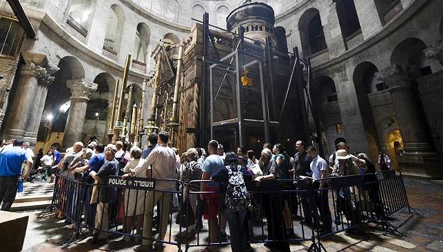 基督教信徒参观耶稣墓-数百年来首次 耶路撒冷耶稣墓石盖被开启