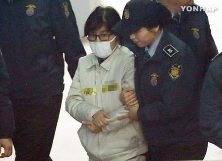 韩媒:崔顺实家中发现外国大使送给朴槿惠的礼物