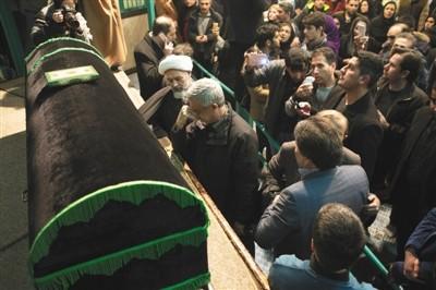 贾尼/1月8日,伊朗德黑兰贾马兰清真寺,人们在伊朗前总统拉夫桑贾尼...