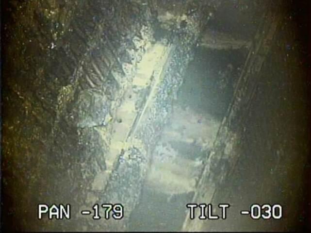 疑似核燃料残渣   新华社东京1月31日电(记者 华义) 日本东京电力公司30日说,在福岛第一核电站2号机组安全壳内部发现黑色堆积物,可能是核事故中堆芯熔化的核燃料残渣,今后东京电力公司将对堆积物进行详细分析。   东京电力公司30日晚公布了最新调查视频,用前端装有遥控相机的细管状设备对2号机组安全壳内部的调查显示,压力容器下方有很多黑色堆积物,高3至4厘米。压力容器下方原本是一些网格状的地板,这些黑色堆积物可能是核电站堆芯熔化后从破损的压力容器底部流出的核残渣。   这是东京电力公司首次发现疑似堆芯熔