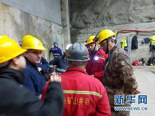 2月5日,中国驻阿尔巴尼亚大使馆政务参赞白云斌(右二)、武官刘兴江(右一)在阿尔巴尼亚ACR铬矿公司布尔齐泽矿区救援现场协调。新华社发(中国驻阿尔巴尼亚大使馆供图)