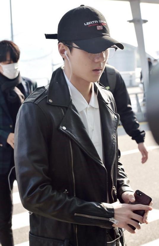 EXO酷帅十足亮相机场 伯贤素颜出镜引视线