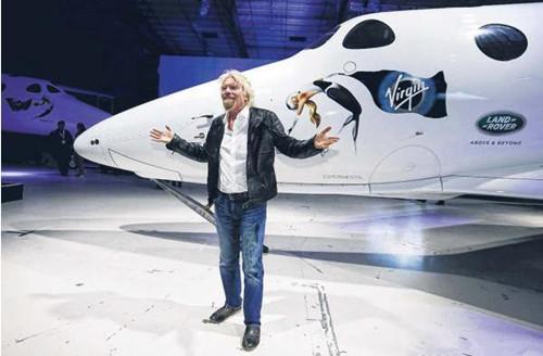 维珍集团创始人布兰森与可载送六名乘客上太空的太空船2号合影。(图片来源:路透社)
