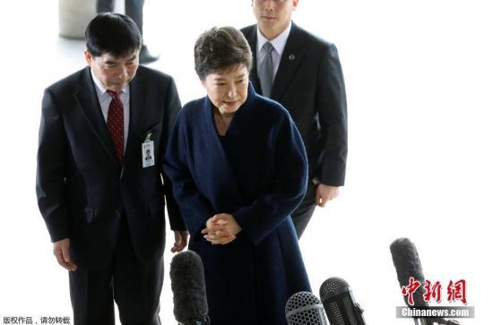 韩国检察厅特别调查本部于当地时间3月21日上午9时30分传唤前总统朴槿惠,对她受贿、滥用职权等嫌疑进行调查。图为朴槿惠抵达检察厅。