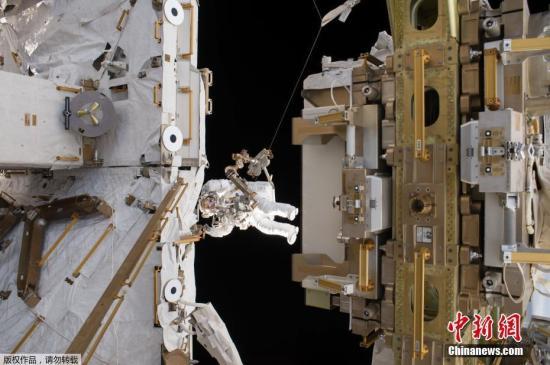 """#启功书法价格#美国女宇航员太空漫步时""""丢装备"""" 防护罩飘走"""