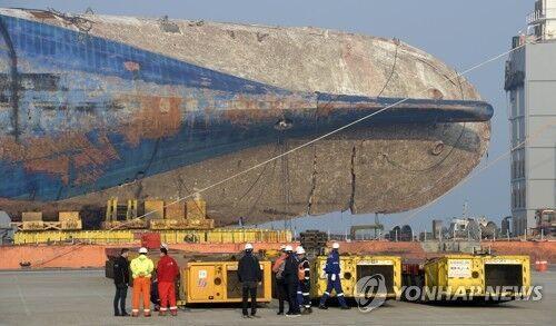 """韩国""""世越""""号船体里发现遇难者遗物 包括船长护照等"""
