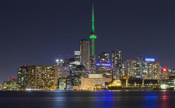 加拿大国家电视塔亮绿灯庆祝世界地球日(组图)