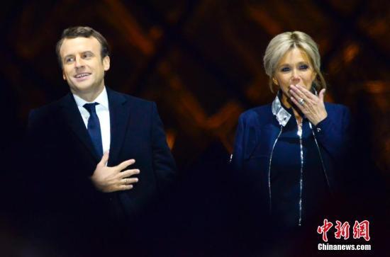 马克龙和妻子布丽吉特在巴黎卢浮宫前举行的庆祝胜选集会上。 <a target='_blank' href='http://www.chinanews.com/' _fcksavedurl='http://www.chinanews.com/'></table>中新社</a>记者 龙剑武 摄