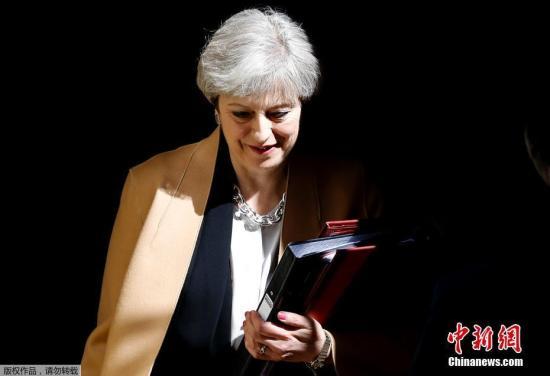 英国议会下议院4月19日以522票赞成、13票反对的压倒性多数通过执政党的议案,决定在6月8日提前举行大选。图为当天英国首相特蕾莎·梅离开唐宁街10号。