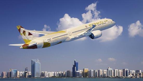 外媒消息,6月5日,阿联酋国家航空公司阿提哈德航空(Etihad Airways)宣布将于明天停飞所有往返卡塔尔的航班,从首都阿布扎比前往多哈的最后一架航班将于6日凌晨2:45起飞。(央视记者 王文良)  (图片来源于网络)