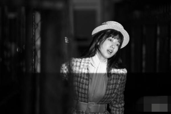 朴信惠写真巴黎公开病毒性感冒低烧长期拍摄花絮照玩转清纯性感图片