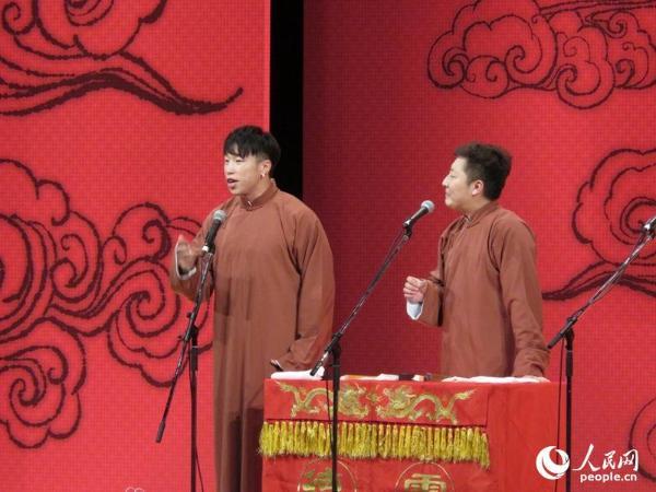 烧饼(朱云峰)与曹鹤阳表演相声