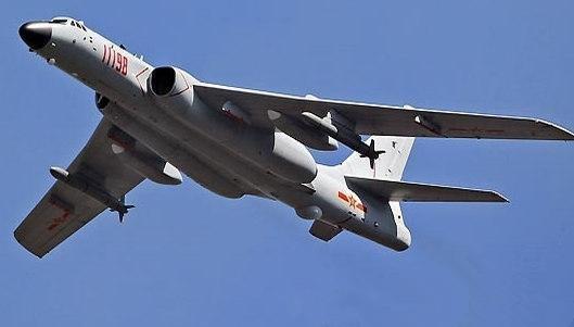 资料图:我军轰炸机   【环球网军事7月24日报道】战略轰炸机和弹道导弹核潜艇可谓大国的战略重锤,也是三位一体核力量必不可少的组成部分。中国在这些领域的一举一动都牵动着西方的敏感神经。美国詹姆斯顿基金会21日在其《中国简报》中接连对中国战略轰炸机和弹道导弹核潜艇部队的未来发展进行预测。   报告称,中国在过去十年极大加强了海空军的力量投送能力,但中国空军总体上仍属于防御性部队。因为中国空军的大多数飞机都是战斗机,只有小部分是进攻性或多用途的型号。与其他国家军队相比,中国空军暂时还缺乏能向远离国界的地方
