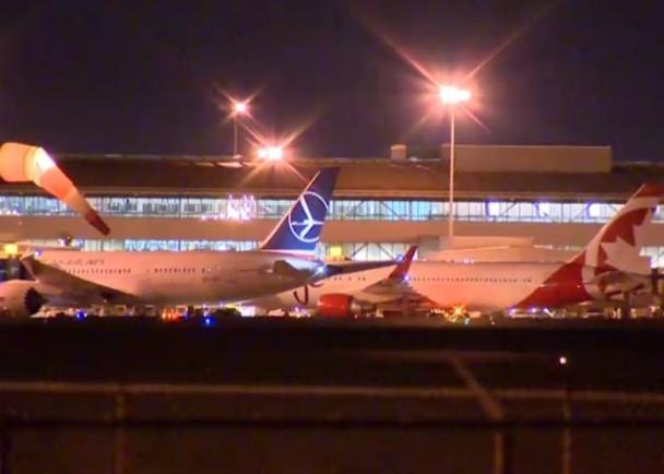 加拿大多伦多机场两客机意外擦撞机翼 毁损严重