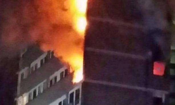 英国一座15层公寓楼发生火灾 15分钟内似火海