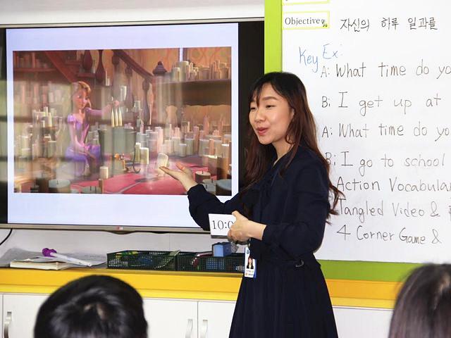韩国,一名英语教师在课堂上授课。(图片来源:网站)
