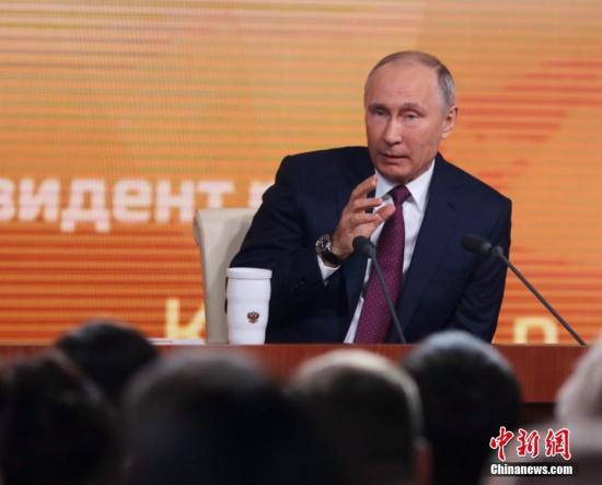 """普京在会上总结俄罗斯今年的发展,并回应有关俄美关系和俄运动员禁赛等一系列问题,对于备受关注的明年3月大选,他表示将以作为""""自荐候选人""""身份参选。 <a target='_blank' href='http://www.chinanews.com/' _fcksavedurl='http://www.chinanews.com/'></table>中新社</a>记者 王修君 摄"""