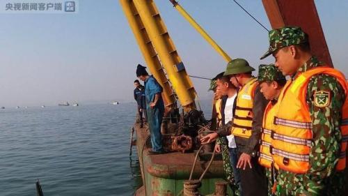 越南广宁省下龙湾一驳船与一艘游船相撞 31名中国游客全部获救