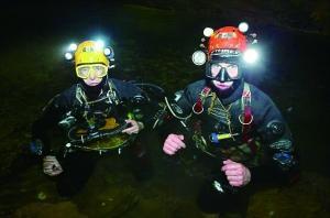 不简单 潜水出洞风险大 哥俩找到小球员