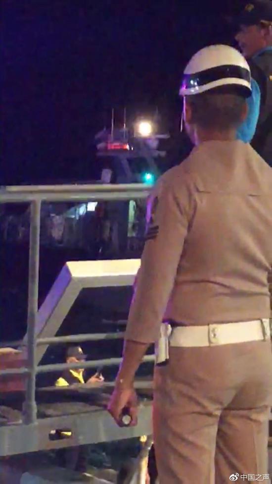 当地发回视频中说泰国出动了军舰参与了救援
